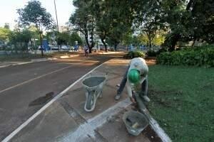 Operário recupera meio fio na Praça Esportiva Belmar Fidalgo. (Foto: Divulgação/Prefeitura)