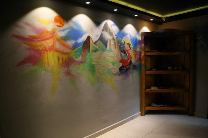 Arte pelas paredes é assinada por Daniele Santana. (Foto: Alcides Neto)