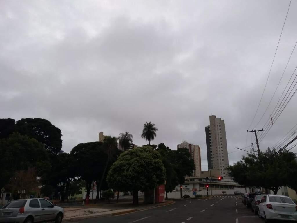 Céu encoberto de nuvens na região central de Campo Grande (Foto: Mirian Machado)