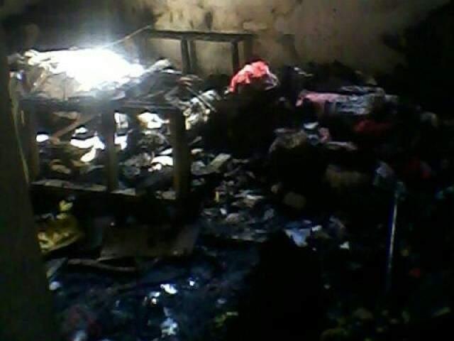 Parte do telhado da residência despencou e todos os pertences foram perdidos  no incêndio. (Foto: Direto das Ruas)