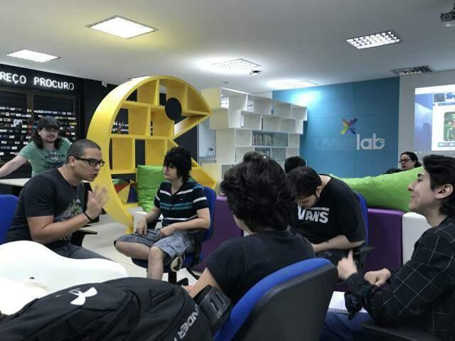 Erick, à direita, dando instruções para o time. (Foto: Tatiana Marin