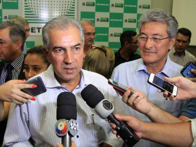 Governador Reinaldo Azambuja (PSDB) ao lado do presidente do Detran-MS, Roberto Hashioka (Foto: Marina Pacheco)