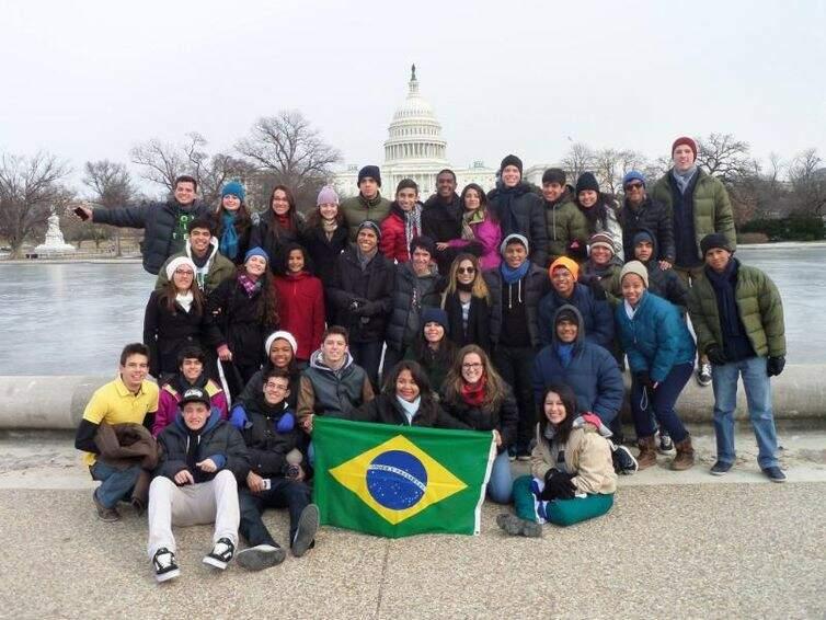 Participantes do programa posam para foto em frente à Casa Branca, em Washington, capital dos EUA (Foto: Arquivo pessoal de participante)