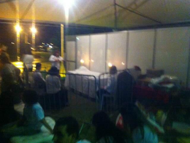 """Foto publicada no Facebook de um dos fiéis que estavam na área da organização, com a legenda """"Jesus humilde até hoje"""". Na imagem, a mesa onde estavam as hóstias consagradas, em frente ao camarim do padre."""