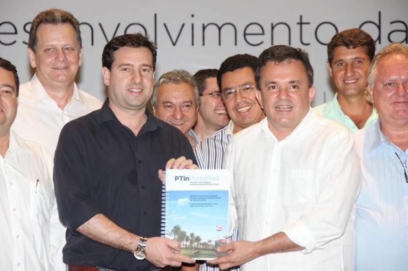 O prefeito Ludimar Novais (à esquerda) e o deputado Vander Loubet seguram nas mãos uma cópia do projeto do parque tecnológico (Foto: Divulgação)
