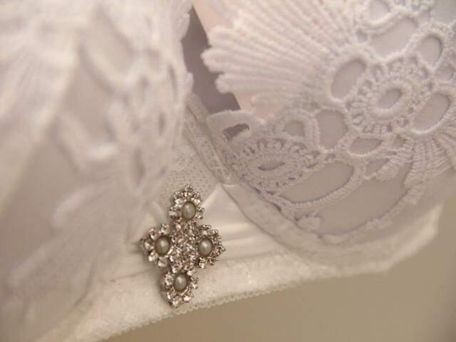 Marca é cheia de detalhes, como as joias e as rendas de algodão importadas.