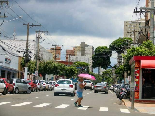 Na Candido Mariano, nuvem pesada indicava chegada da chuva por volta do meio-dia. (Foto: Marcos Maluf)