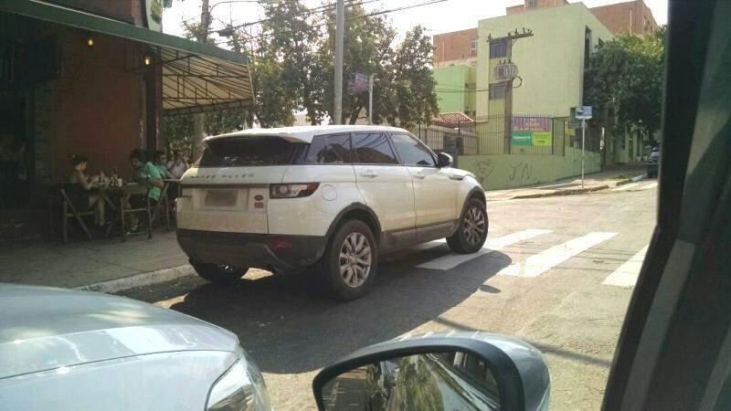 Por mais de 30 minutos o automóvel ficou estacionado sobre a faixa de pedestres em esquina de bar movimentado da capital.(Foto:Repórter News)
