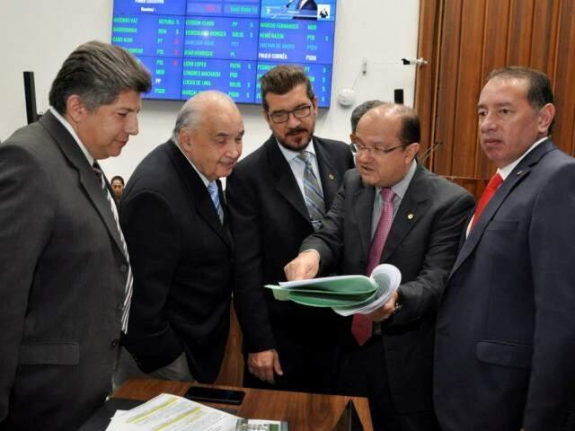 Deputados Lídio Lopes (Patri), Londres Machado (PSD), Pedro Kemp (PT), José Carlos Barbosa (DEM) e Gerson Claro (PP), durante sessão (Foto: Luciana Nassar/ALMS)