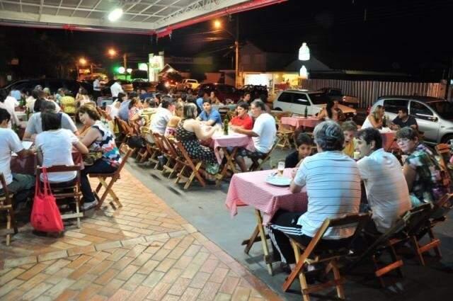 À noite, chega o movimento de campo-grandenses famintos. Foto: João Garrigó/Arquivo)