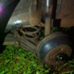 Roda do carro foi levada por bandidos (Fotos: Direto das Ruas)