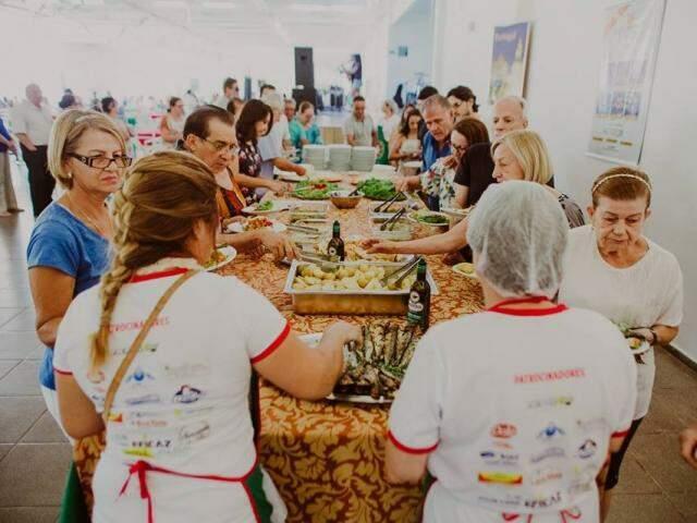 Evento aconteceu no domingo. Almoço custou R$ 25 e reuniu cerca de 400 pessoas (Fotos: André Patroni)