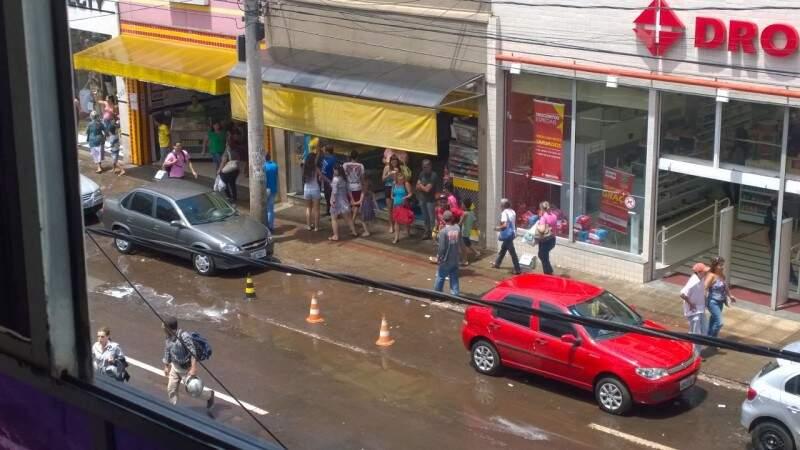 Por pelo menos 20 minutos os cones permaneceram no local.(Foto: Direto das Ruas)