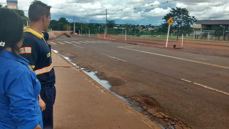 """Funcionários de posto de combustível mostram placa derrubada por condutor imprudente. """"Tem muito desrespeito nesse trecho"""", afirmam. (Foto: Anahi Gurgel)"""