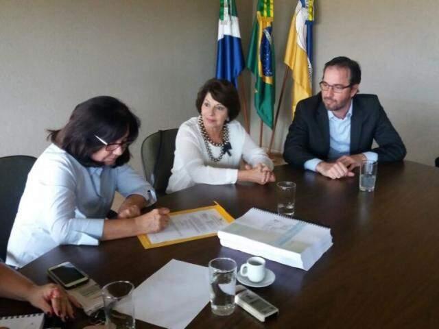 Conselheira Marisa Serrano entrega relatório para Délia Razuk (Foto: Divulgação)