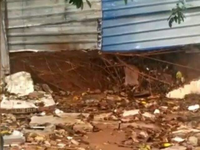 Tapume cobre parte de muro quebrado em escola (Foto: Direto das Ruas)