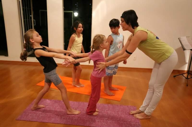 Os 50 minutos de aula são lúdicos, ora divertidos, ora exigindo concentração e esforço tanto físico, quanto emocional.