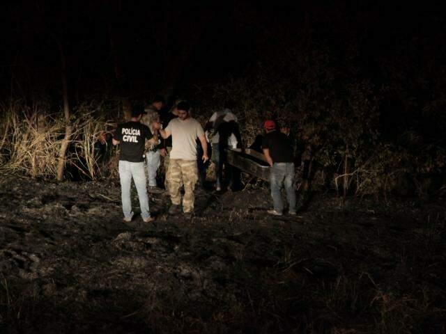 Equipes fazem primeiros trabalhos para identificar corpo encontrado na região do Inferninho (Foto: João Paulo Gonçalves)