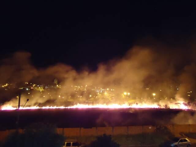 Foto tirada por leitor mostra a altura que as chamas atingiram em incêndio na Mascarenhas de Moraes. (Foto: Wellington Miyazato)