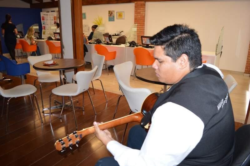 Músico toca de segunda a sábado em laboratório. (Foto: Thailla Torres)