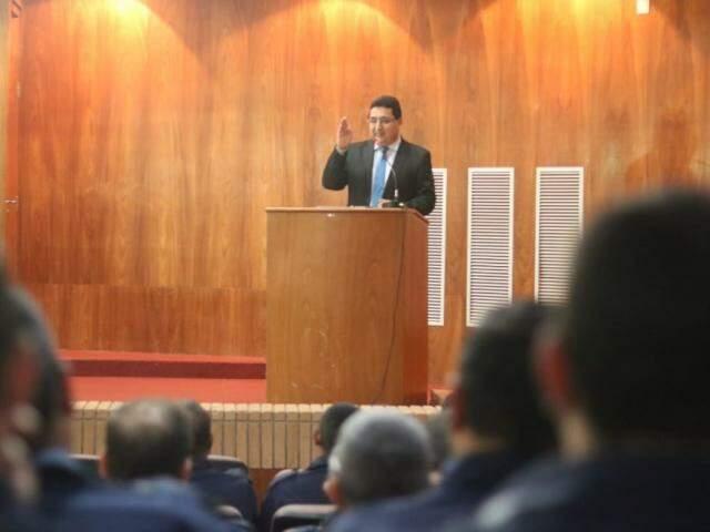 Valério Azambuja fala para plateia lotada de guardas municipais em evento sobre saúde mental da corporação (Foto: Marcos Maluf)