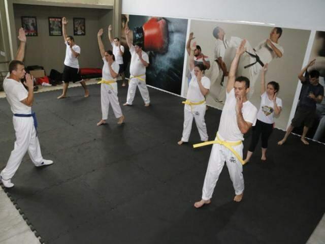 Na prática, alunos repetem a técnica recém aprendida. (Foto: Gerson Walber)