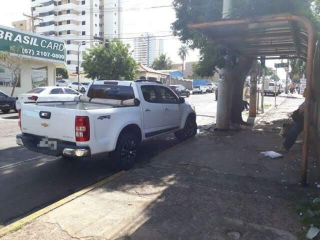 O veículo estava estacionado em frente ao ponto de ônibus em grande horário de fluxo na via. (Foto: Direto das Ruas)