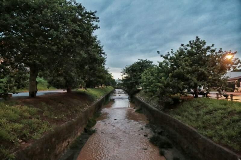 Dia amanheceu fechado e alerta é para mais chuva.(Foto: Fernando Antunes)