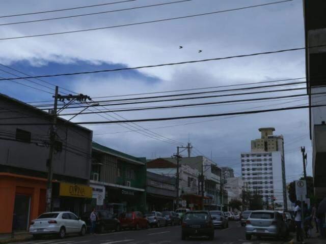 Céu nublado no Centro de Campo Grande na tarde desta sexta-feira (30) (Foto: Kísie Ainoã)