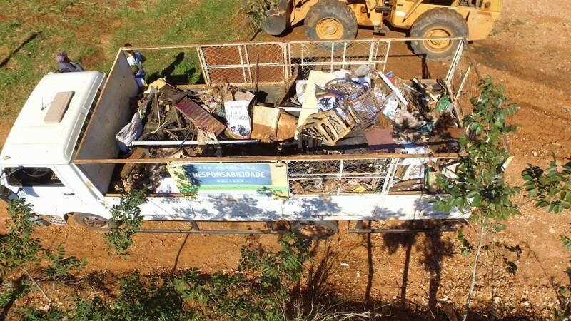 Caminhão levou o lixo retirado até o aterro controlado. (Foto: Breno Teixeira)