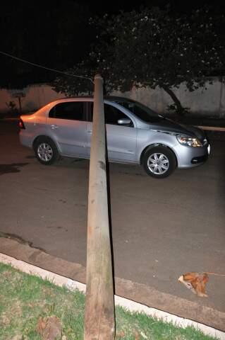 Carro ficou danificado após ser atingido por poste. Ninguém ficou ferido. (Foto: Alessadra Lima)