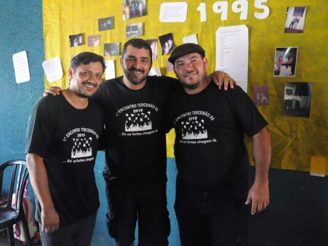 Da direita para a esquerda, José Luís, Fábio (Dino) e Rodiedson, o churrasqueiro do dia. (Foto: Paulo Francis).