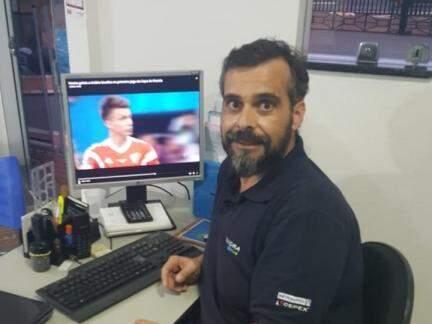 Empresário diz que entre o escritório e visitas a clientes vai acompanhar os jogos da Seleção Portuguesa pelo computador. (Foto: Acervo Pessoal)