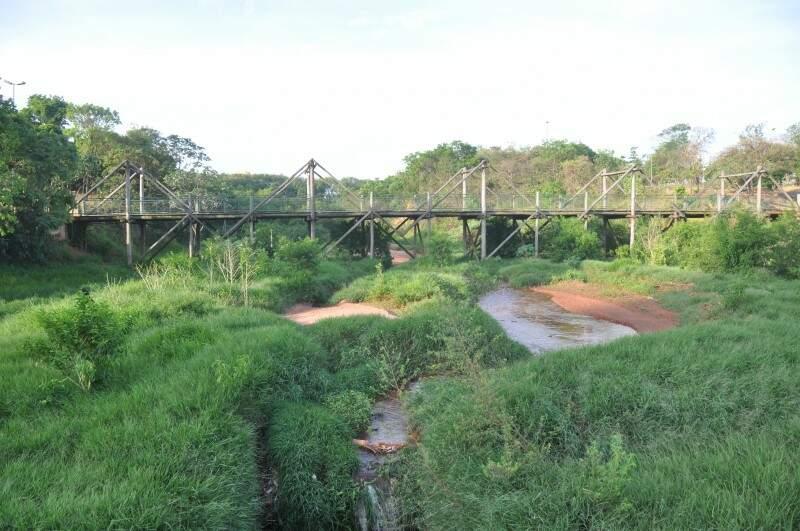 """A ponte ainda está lá, mas lago se transformou em """"fio d'água"""". (Foto: Marcelo Calazans)"""