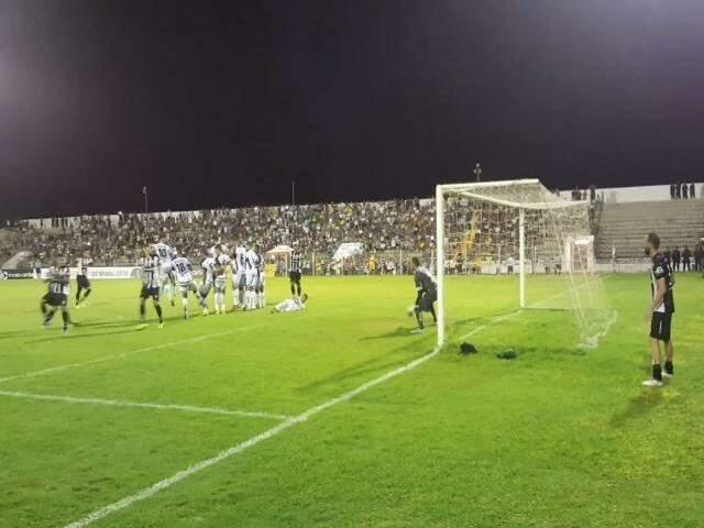 Clubes durante partida no Estádio Arthur Marinho (Foto: Reprodução/Corumbaense)