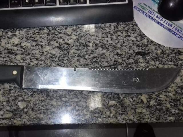 Facão usado pelo agressor para ameaçar a jovem de morte. (Foto: Divulgação)