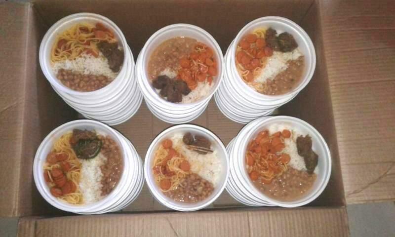 Com alimentos fizeram marmitas para moradores de rua (Foto: Arquivo pessoal)