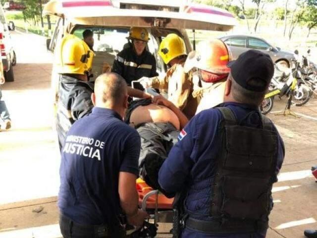 Resgate a uma das vítimas da rebelião. (Foto: Porã News)