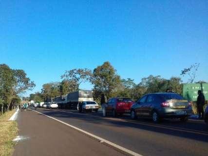Aos poucos, sem-terra liberam motoristas de bloqueio na BR-262
