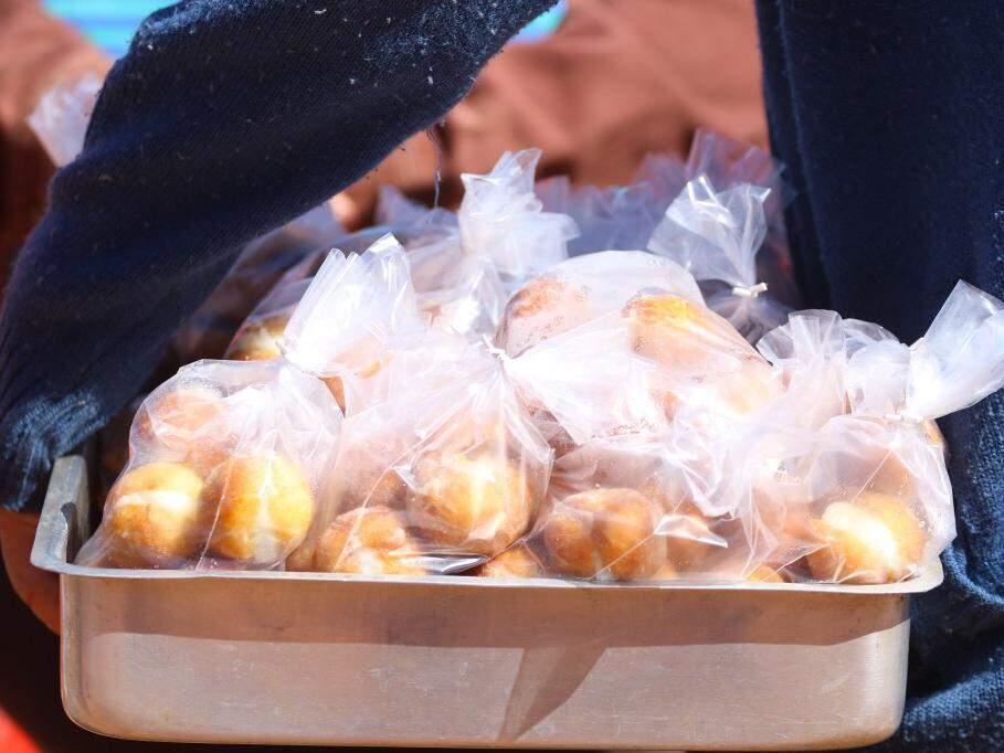 """Pacotes de """"mini sonhos"""" que são vendidos por Ramão (Foto: André Bittar)"""