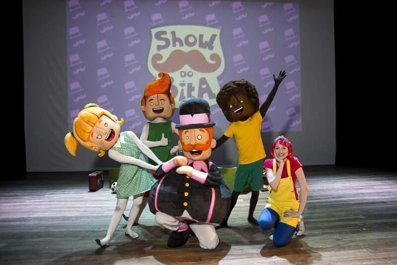No Espetáculo a trupe canta e brinca com a garotada, incentivando o público a embarcar no mundo encantado da imaginação (Foto: Divulgação)