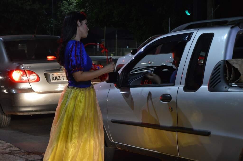 Aline foi para as ruas vestida de princesa para realizar um sonho.