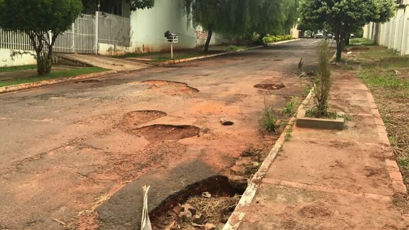 Os buracos na rua trazem transtorno aos moradores da região. (Foto: Direto das Ruas)