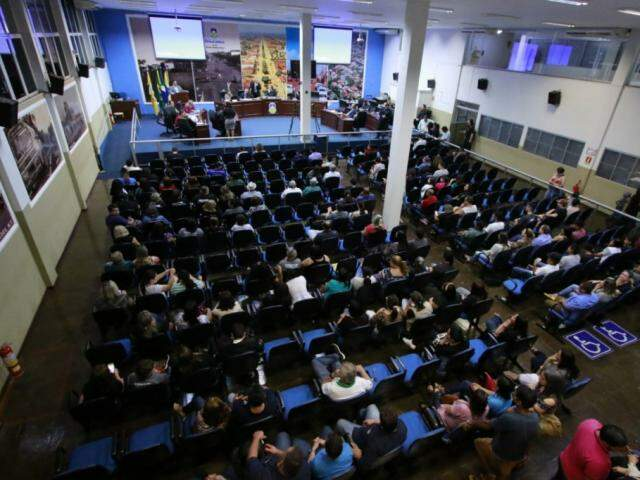 Sessão na Câmara durante esta noite. (Foto:Thiago Morais)