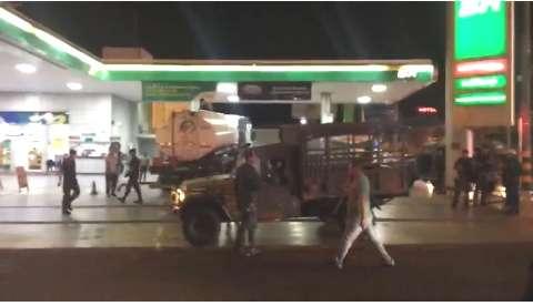 Com escolta do Exército e PM, caminhões saem para abastecer postos