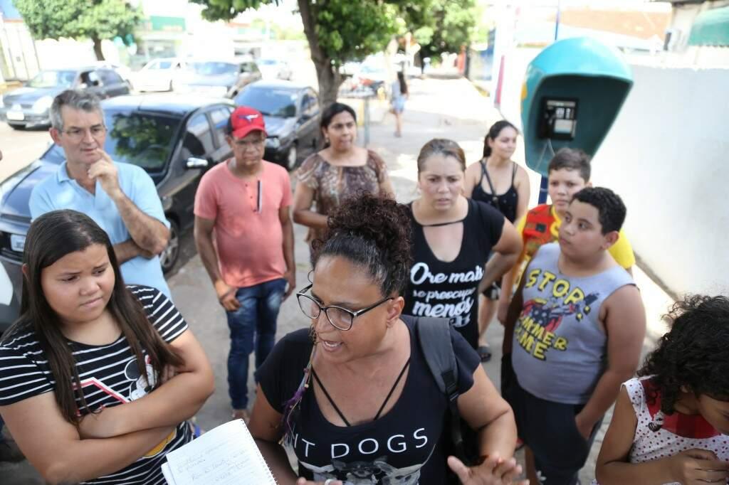 Pais se reuniram em frente à escola na tarde desta quinta-feira (20). (Foto: Paulo Francis)