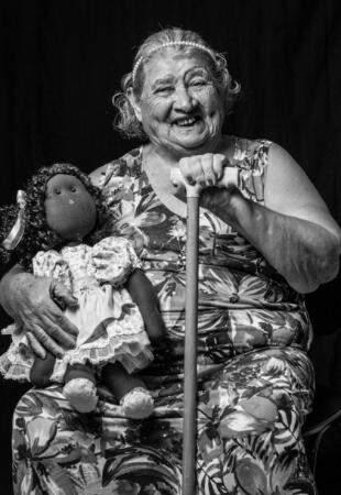 Com a boneca e bengala nas mãos, ela não esconde o sorriso (Foto: Fernanda Rossati)