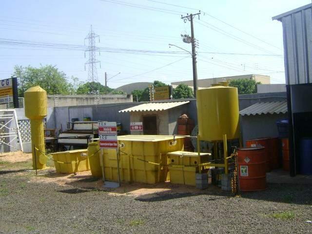 Modelo de estação de tratamento fica no fundo da empresa para explicar como o sistema funciona.  (Foto: Divulgação)