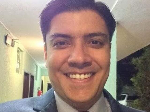 O defensor Carlos Eduardo Oliveira de Souza, de 36 anos, em vídeo (Foto: Reprodução/Youtube)