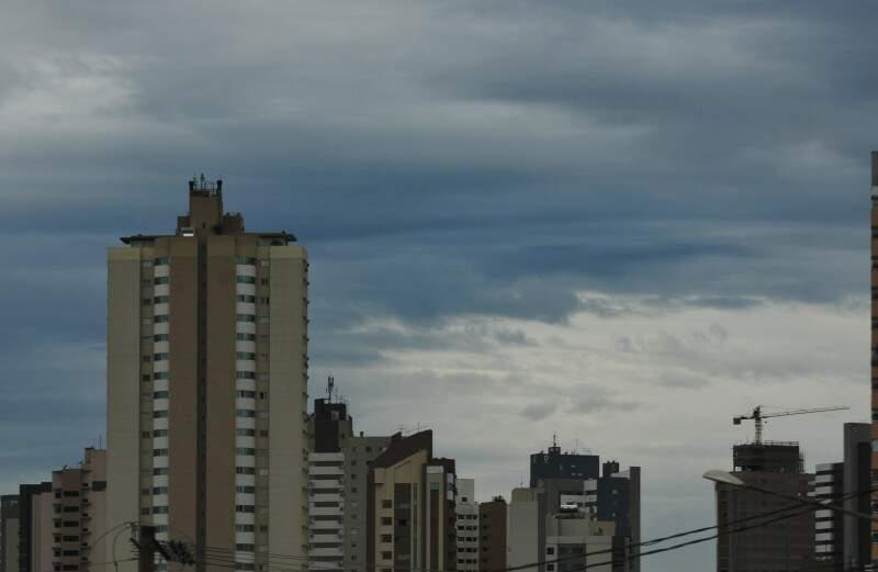 Tempo amanheceu nublado em Campo Grande. (Foto: Alcides Neto)